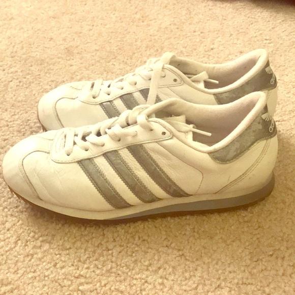 Le D'argento Adidas Bianco Con Striscia D'argento Le Poshmark 15c6f2